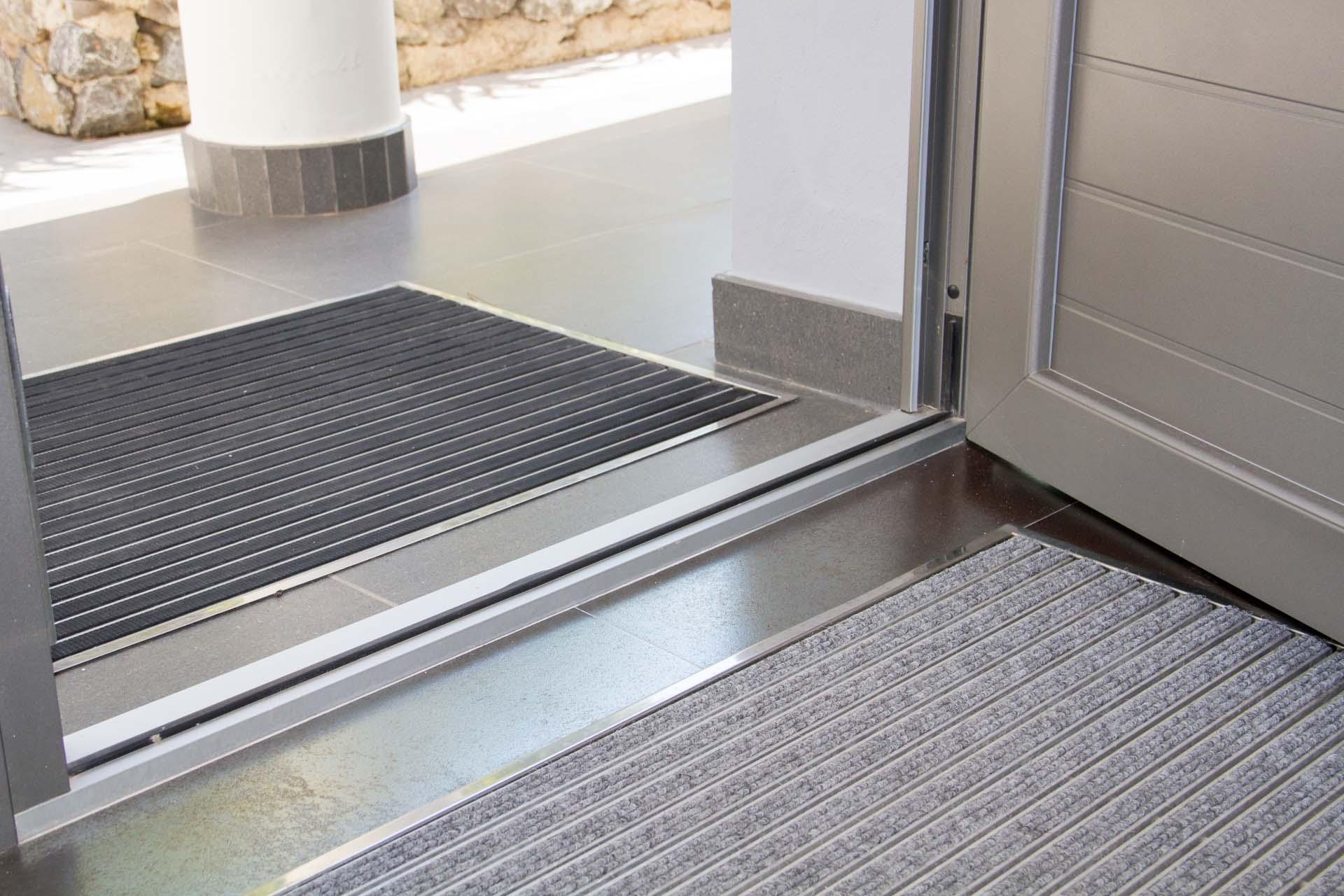 Aislamiento puertas entrada materiales de construcci n for Aislar puerta entrada